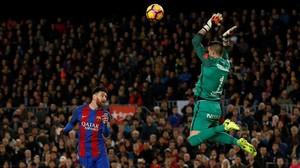 Messi cabecea de vaselina ante la salida de Cuéllar en el Barça-Sporting.