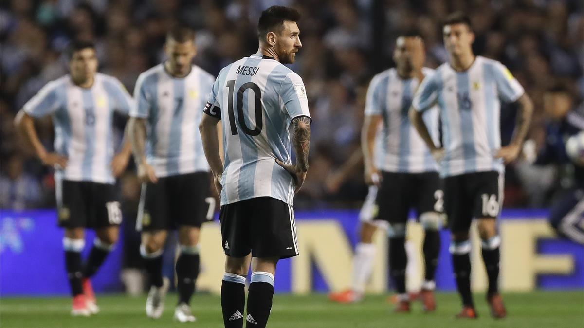 Messi, desolado tras el partido, con sus compañeros detrás.