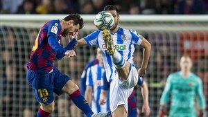 Messi pelea un balon en el centro del campodurante el partido de Liga entre el FC Barcelona y la Real Sociedad.