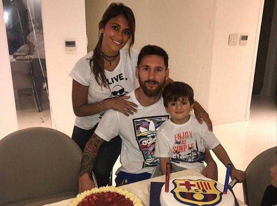 Messi sopla las velas de su 32º cumpleaños rodeado desu familia.