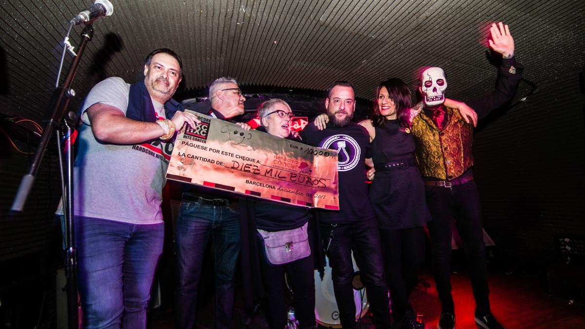 Miembros de Hardcore Hits Cancer entregan un cheque a la Casa de los Xuclis, el pasado diciembre