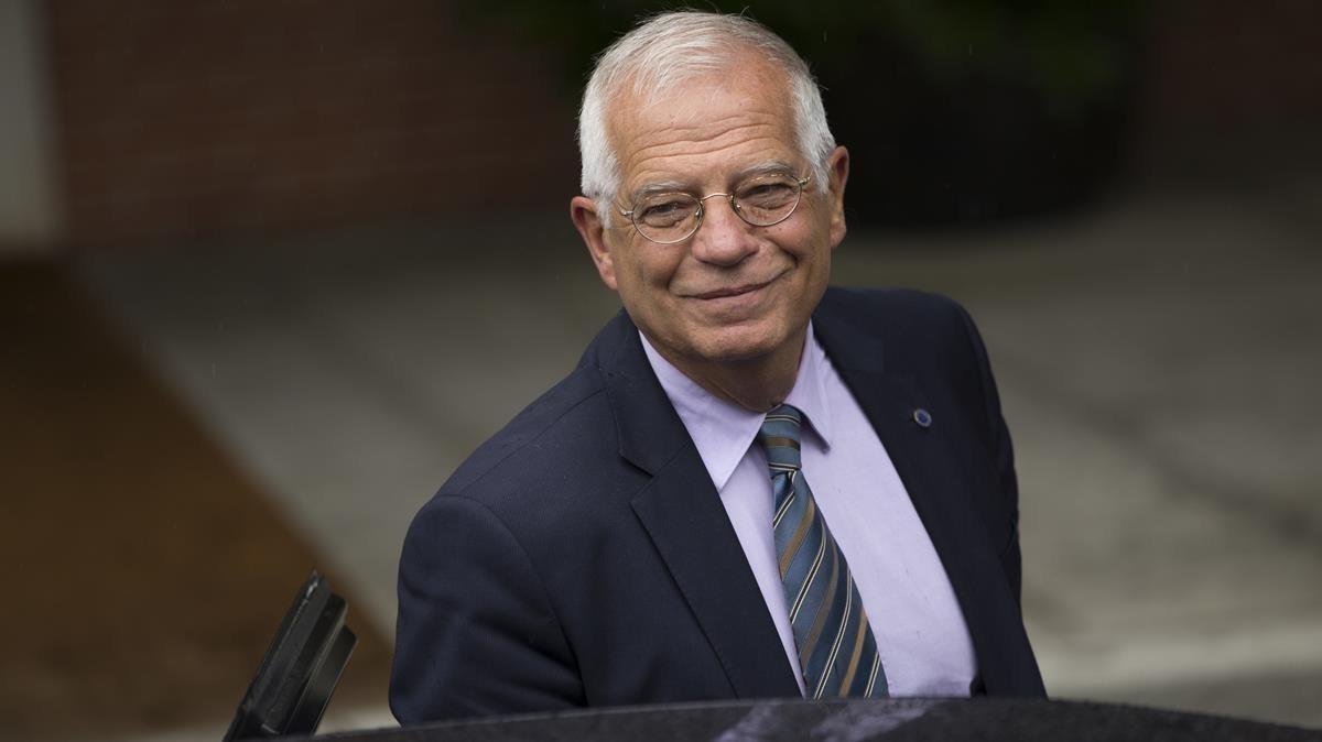 El ministro de Exteriores, Josep Borrell, a su llegada al primer Consejo de Ministros de Sánchez.