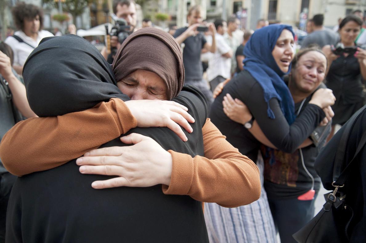 Varias mujeres familiares de los jóvenes de Ripoll de los presuntos autores de los atentados, durante la concentración que ha realizado la comunidad musulmana en la plaza del Ayuntamiento.