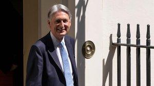 Dimiteix el ministre d'Economia abans que Johnson assumeixi el càrrec de primer ministre