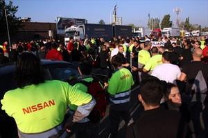 Movilización de trabajadores de Nissanen la entrada de la factoría de Barcelona.