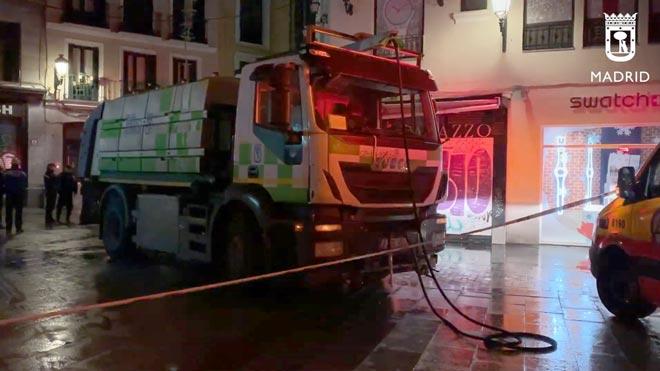 Muere un hombre al ser atropellado por un camión de la limpieza en Madrid.
