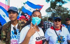 Personas con mascarilla por coronavirus en Nicaragua.