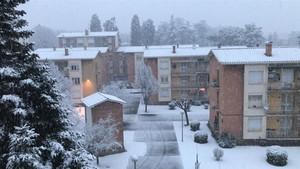Olot, la capital de la Garrotxa, parcialmente cubierta por la nieve. El episodio se extenderá a otras comarcas.