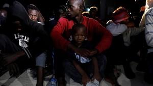 Un grupo de inmigratantes, entre ellos niños, recatados frente a la costa de Trípoli.
