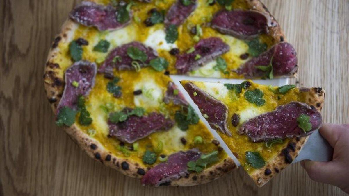 La Pizzaman de Nonna Maria, con ternera, curri, burrata y cilantro.