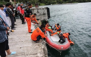 Operación de rescate en el lago Toba.