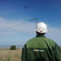 Un operario revisando una línea con drones en Burgos