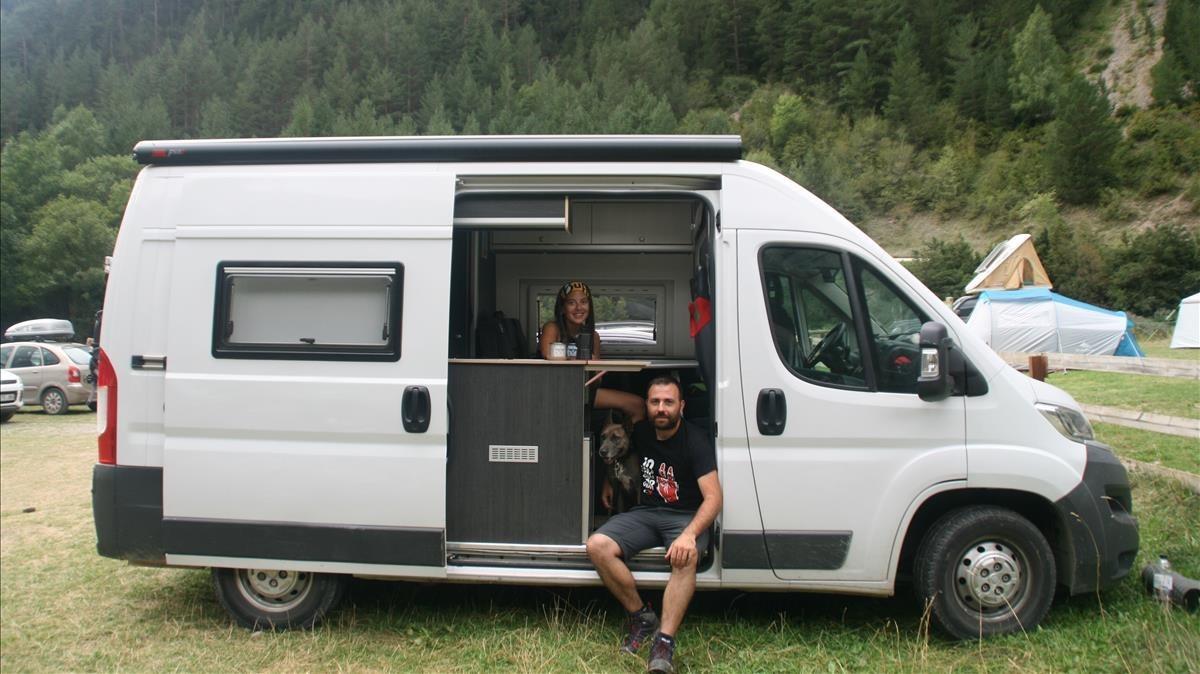 La pareja formada por Marcel.la Pons yXavi Vitali, a bordo de su autocaravana.