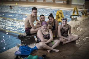 Els joves nedadorsde la FundacióAdapta2. Desquerra a dreta: Marc, Maria, Carlos, Mónica iPaula.