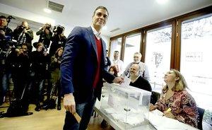 Pedro Sánchez deposita su voto en las elecciones del 10-N.