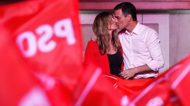 Pedro Sánchez y su esposa, Begoña Gómez, muestran su felicidad ante los simpatizantes del PSOE.