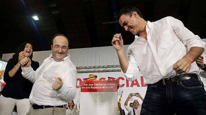El líder del PSOE Pedro Sánchez se contagia del entusiasmo de su homólogo en el PSC, Miquel Iceta, y también bailotea, este sábado