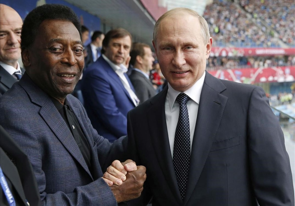 Pelé y Putin posan antes del partido inaugural de la Copa Confederaciones.