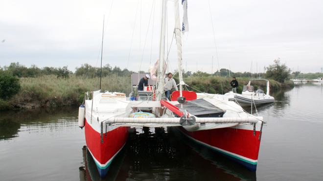 Pepe Soto, en la foto con Quim Masferrer, cumplesu sueñoynavega rumboa Panamaconsu catamarán.