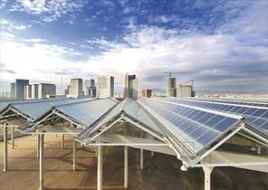 Pérgolas metálicas cubiertas con placas fotovoltaicas en el Fòrum de Barcelona.