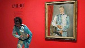 El arlequín del Circ Xic junto al Arlequín de Picasso.