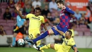 Piqué, entre Cazorla y Chukwueze durante el Barça-Villarreal.