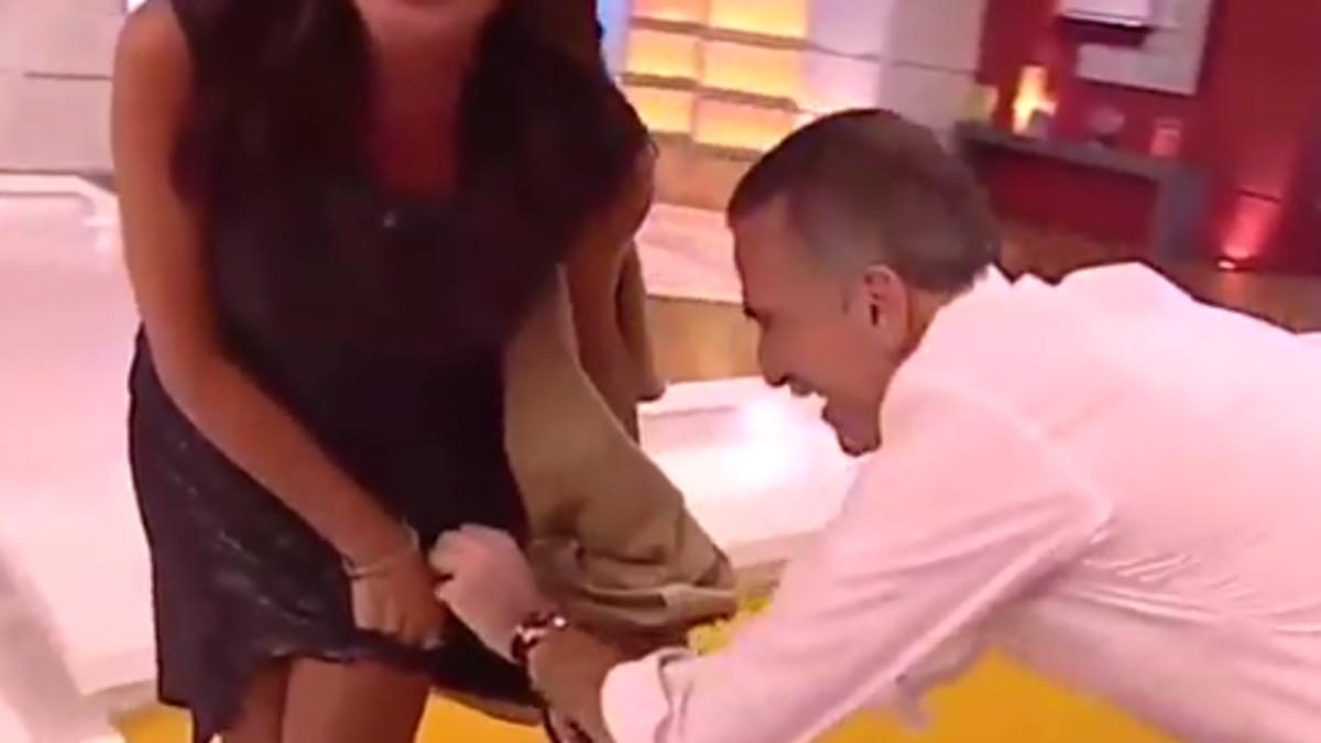 Juan y Medio corta la falda en directo aEva Ruiz,su compañera en 'La tarde, aquí y ahora'.