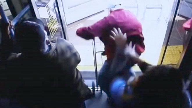 La Policía de Las Vegas busca a testigos que estuvieran en el autobús público en el momento que una mujer empujó a un hombre de 74 años y le lanzó al exterior del vehículo el pasado 21 de marzo.