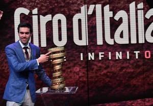 EPA510. MILÁN (ITALIA), 29/11/2017.- El corredor holandés Tom Dumoulin posa para los fotógrafos junto al trofeo durante la presentación del Giro de Italia 2018, en Milán, Italia, 29 de noviembre de 2017. El Giro de Italia 2018 se presenta con la gran novedad de la salida desde Jerusalén, la meta final en Roma y la subida al Zoncolan. El torneo se disputará del 4 al 27 de mayo de 2018. EFE/ Daniel Dal Zennaro