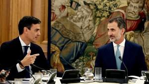 El presidente del Gobierno, Pedro Sánchez, y el Rey, durante la reunión del Consejo de Seguridad Nacional del pasado 16 de julio, en la Zarzuela.