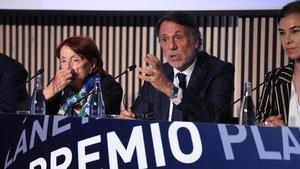 El presidente de Planeta José Creuheras, entre las jurados Rosa Regàs, izquierda, y Carmen Posadas, derecha.