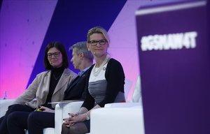 En primer plano, Doreen Bogdan-Martin, directora de la Unión Internacionald de Telecomunicaciones, en el Women4tech en el Mobile World Congress 2019.