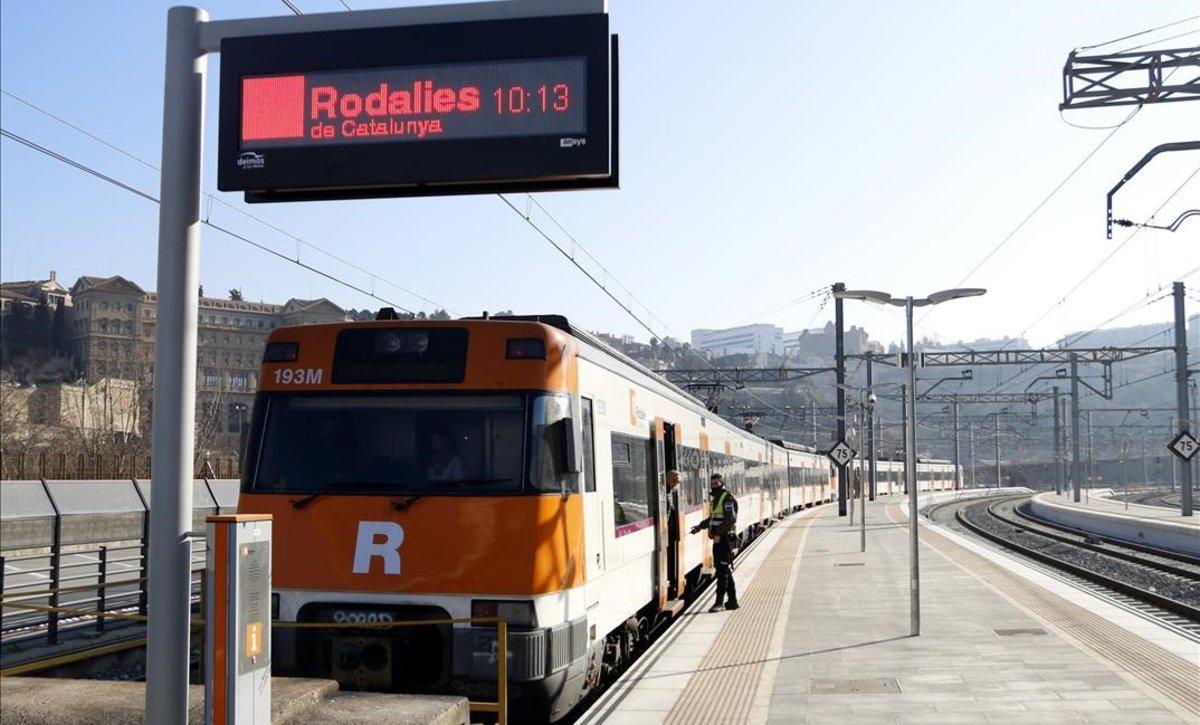 El primer tren de Renfe que retoma el servicio en el tramo accidentado entre Manresa y Sant Vicenç de Castellet.