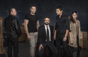 Jose Coronado (izquierda) junto a los principales actores de la serie El Príncipe
