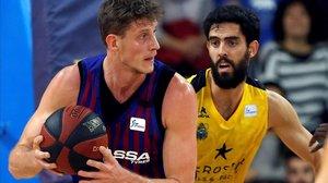 Pustovyi y Beirán, en un lance del duelo del Palau Blaugrana entre el Barça Lassa y el Iberostar Tenerife.