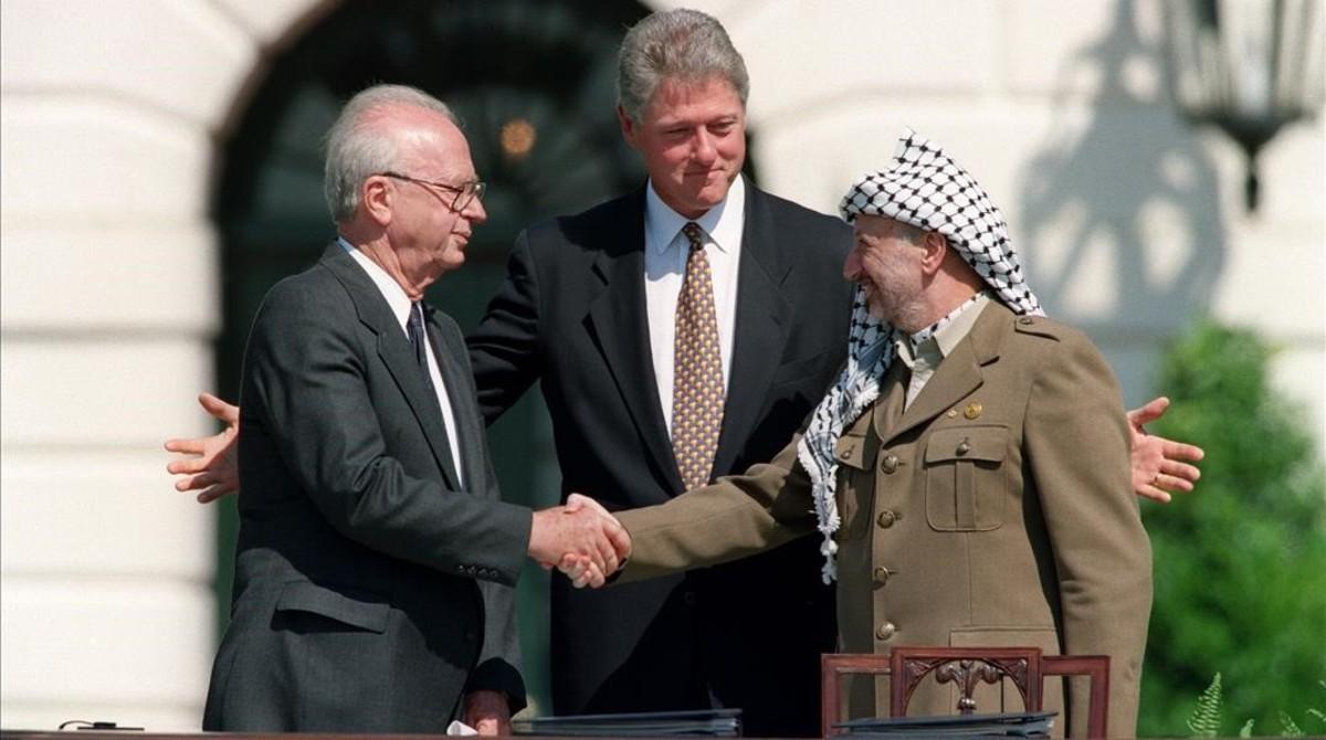 Rabin (izquierda) y Arafat se estrechan la mano ante Clinton en la Casa Blanca,en septiembre de 1993.