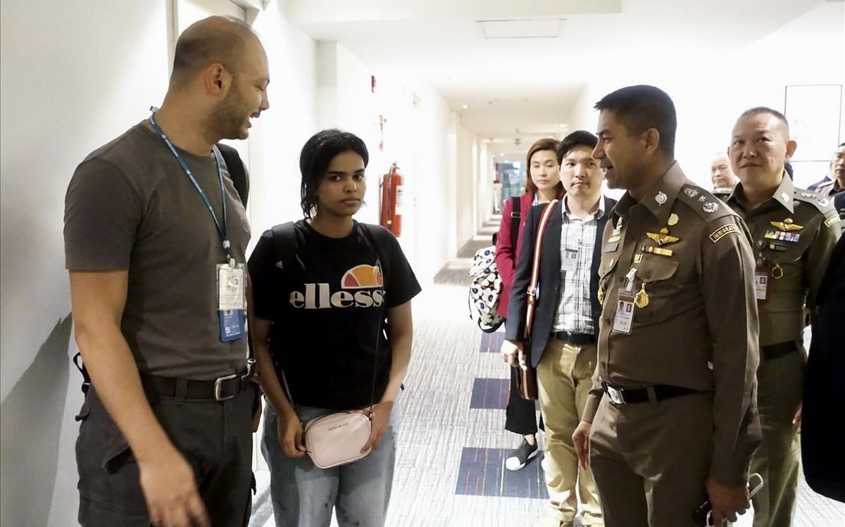 Rahaf, junto a oficiales de inmigración de la ONU en el aeropuerto de Bangkok.