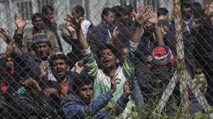 Un grupo de emigrantes protesta en un campo de refugiados en la isla de Lesbos.