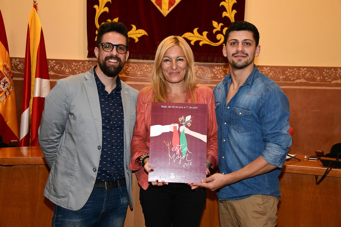 El regidor de cultura, Moisés Rodríguez, junto a la alcaldesa Ana María Martínez y Santiago Granizal, autor del cartel de la Fiesta Mayor 2018