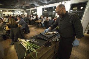 El chef Albert Mendiola, del resturante Marimorena, prepara un original y aprovechadísimo calçót durante la Rescue Dinner.