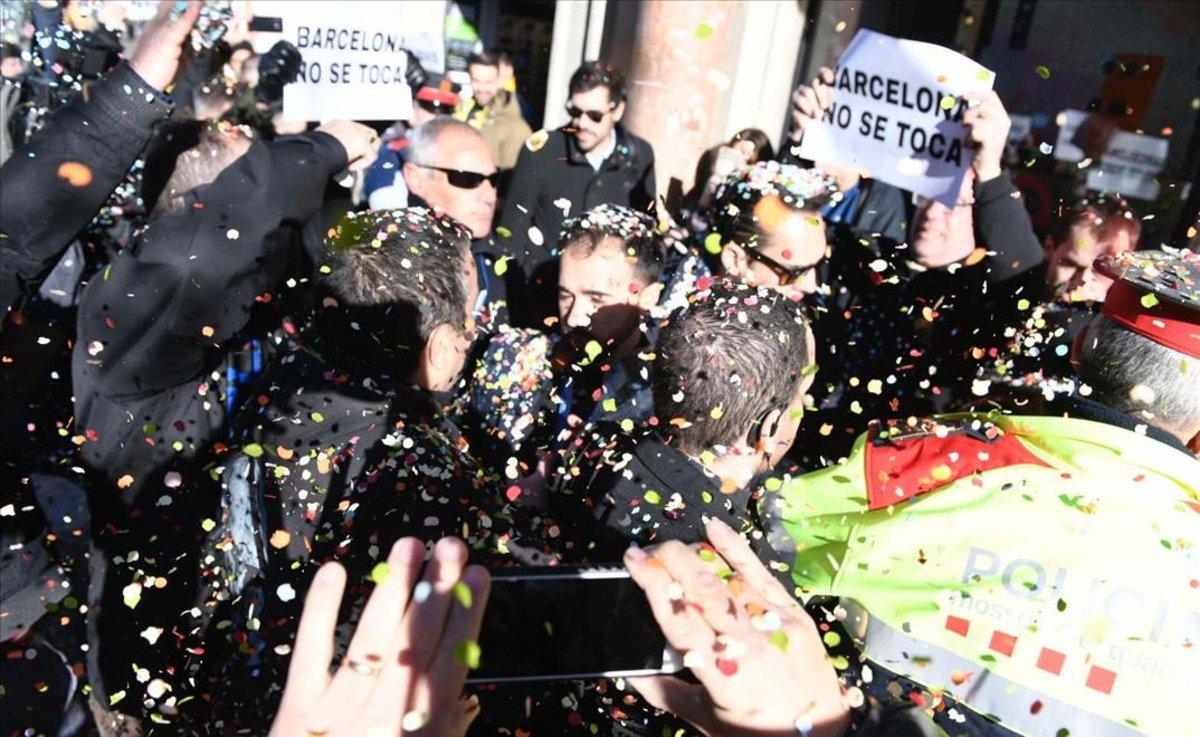 Responsables de Unauto entran en el Col·legi de Periodistas entre confeti lanzado por taxistas.