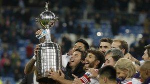 River alzando la Copa Libertadores en el Santiago Bernabéu.