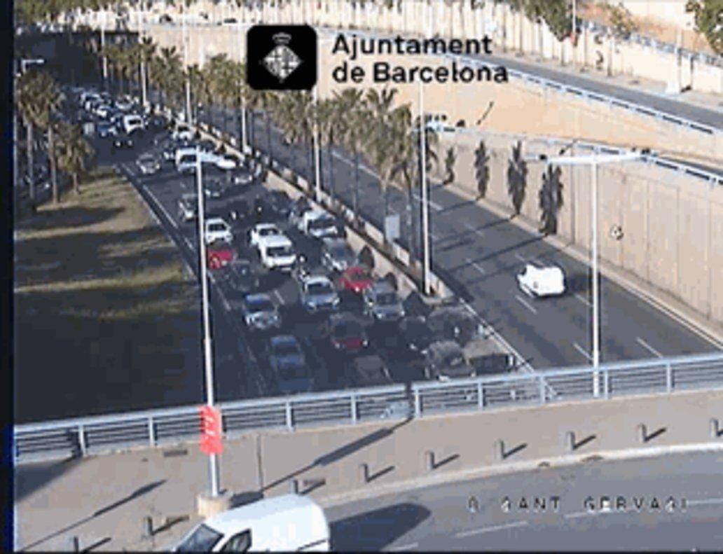 Cues a la Ronda de Dalt de Barcelona després de l'incendi d'una furgoneta | Vídeo