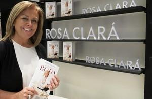 La diseñadora Rosa Clará, durante la presentación de su primer libro Secretos de boda, una guía práctica sobre todo lo que hay que tener en cuenta a la hora de organizar un enlace.