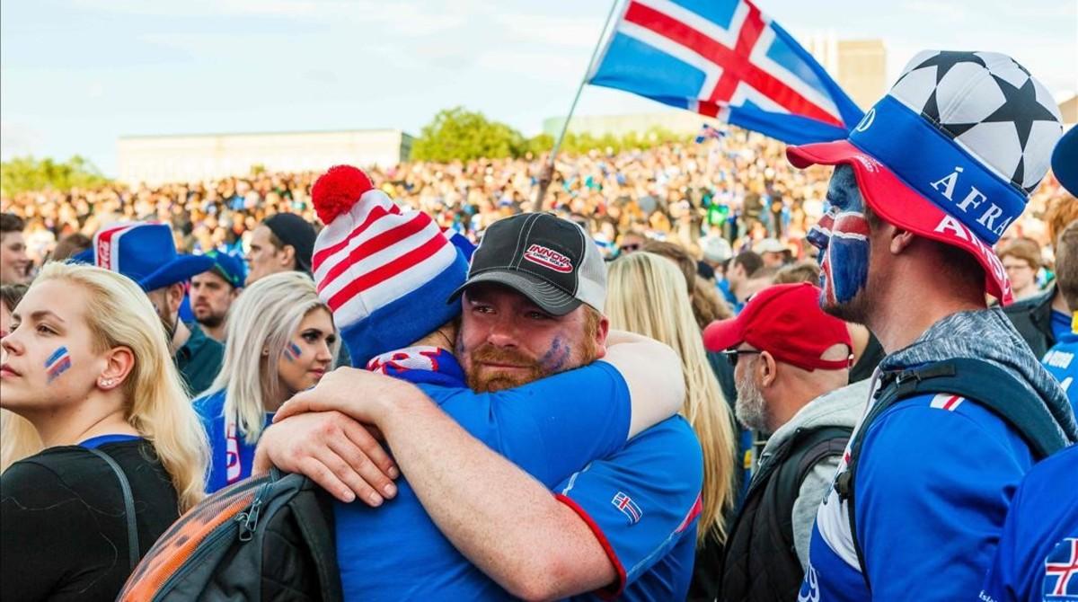 Varios aficionados inslandeses, en Reikiavik.