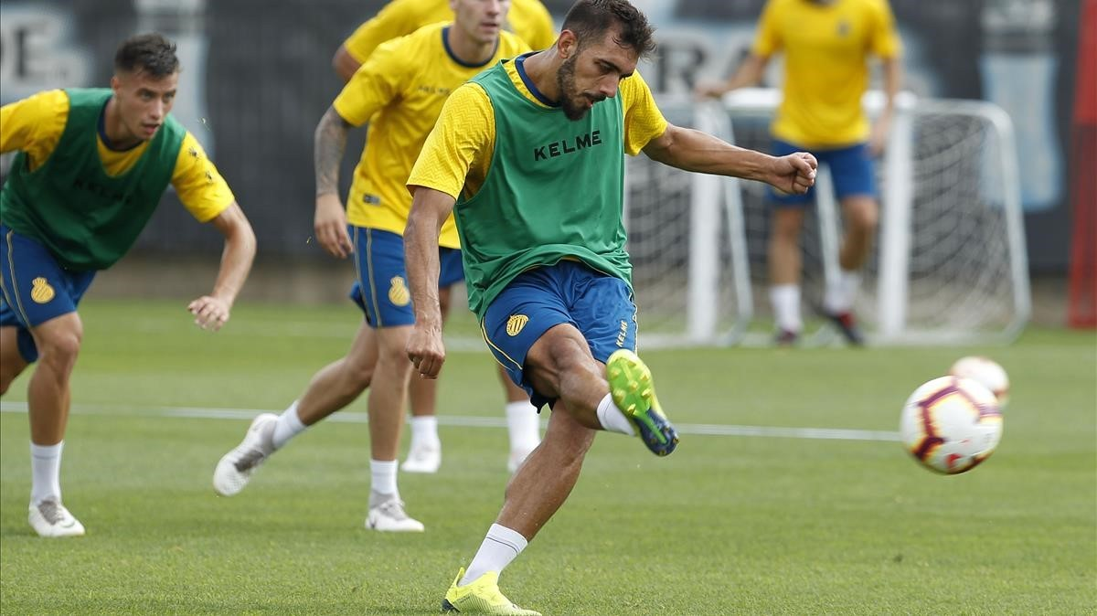 Borja Iglesias conecta un disparo en el entrenamiento de este martes en Sant Adrià.