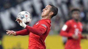 Thiago controla un balón en un partido del Bayern.