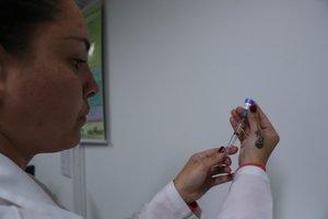 BRA500. SAO PAULO(BRASIL), 28/08/2019.-.Una doctora aplica una inyección contra el sarampión, este miércoles en un hospital de Sao Paulo (Brasil). Sao Paulo registró en agosto la primera muerte por sarampión desde 1997 en el estado más poblado de Brasil y la primera también en lo que va de año en el país, según confirmaron este miércoles las autoridades sanitarias. La víctima, de 42 años, falleció el pasado 17 de agosto tras pasar varios días hospitalizada, pero las causas de su muerte fueron confirmadas hoy por la Secretaría regional de Salud del estado de Sao Paulo. EFE/ Fernando Bizerra Jr.