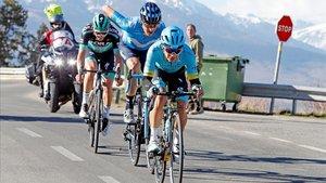 Miguel Ángel López, al frente de la Volta, en pleno ataque en La Molina, seguido de Marc Soler y el austriaco Gregor Muhlberger.
