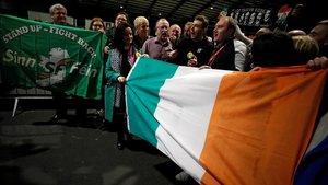 Militantes del Sinn Féin celebran la victoria del partido en las elecciones irlandesas.